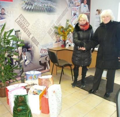"""""""Gintarėlio"""" direktorė I.Milkontė (dešinėje) perdavė lopšelio-darželio vaikučių ir jų tėvelių dovanėles."""