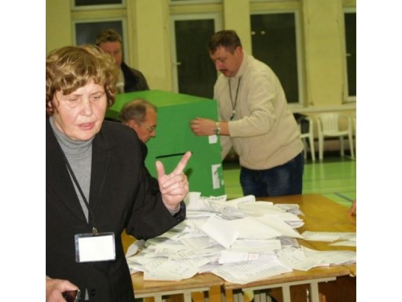 """Aikštės apylinkės rinkimų komisijos pirmininkė A.Kaminskienė: """"Pasikeitus rinkimų įstatymui, rinkėjų kortelių einant balsuoti turėti nebėra būtina""""."""