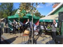 Kavinės lankytojus viliojo ir kapelų koncertais.