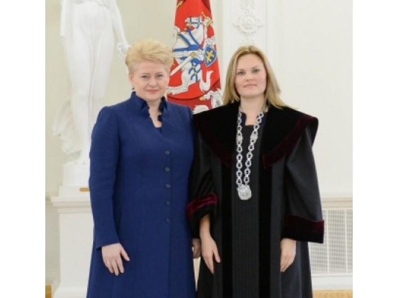 Prezidentės D. Grybauskaitės dekretu į Palangos miesto apylinkės teismo teisėjas paskirta V. Vasiliauskienė. LR Prezidentūros nuotr.