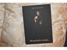 Knygos viršelį padėjo sukurti autorės dukra, atkreipusi dėmesį, jog knyga – apie moterį.