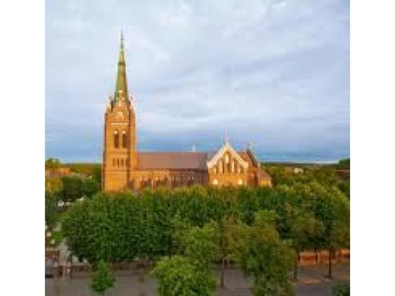 Atvykstančius į Palangą iš tolo pasitinka Švč. Mergelės Marijos Ėmimo į dangų bažnyčios bokštas.