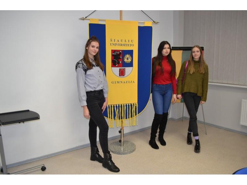 """Rašinių konkurso ir Apvaliojo stalo diskusijos ,,Ar gera būti lietuviu?"""" dalyvės Urtė Arlauskaitė, Aušrinė Plonytė, Giedrė Šarkaitė."""