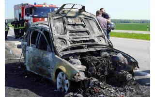 Kontrabandinių cigarečių vežėjas bandydamas atsikratyti įkalčių kelyje Šiauliai-Palanga padegė automobilį