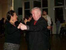 Iš vyresniųjų mažieji mokėsi šokti valsą.