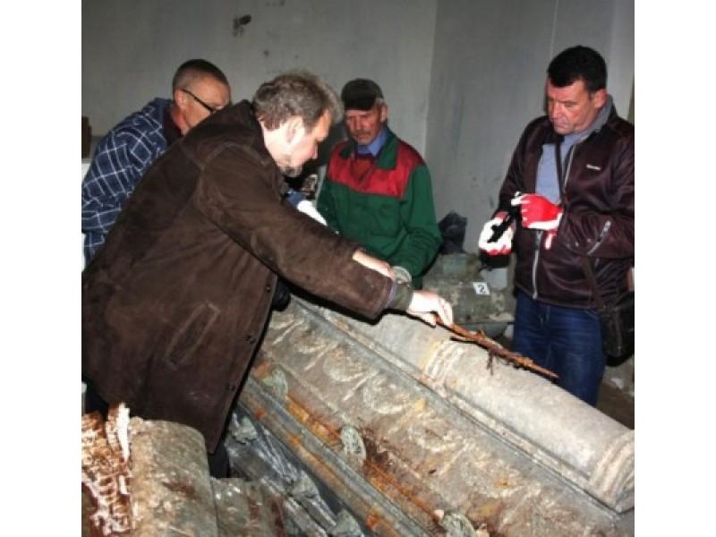 L. Kavaliausko (kairėje) teigimu, Tiškevičių koplyčios radinys yra antras pagal svarbą per 15 metų. Gintauto Maciaus nuotr.