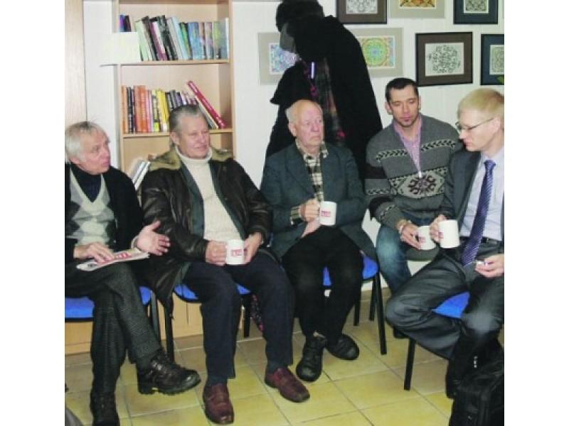 """Į """"Palangos tilto"""" redakciją prie puodelio kavos susirinkę mūsų skaitytojai turėjo progą pabendrauti su specialiai į susitikimą iš Kauno atvykusiu Palangos kredito unijos (PKU) valdybos pirmininku Vyteniu Tomkumi."""