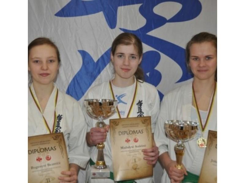 Lietuvos jaunių 16-18 m. karate kyokušin čempionate A. Mažulytė ir E. Jokubauskaitė iškovojo auksą, o B. Bugenytė – sidabrą.