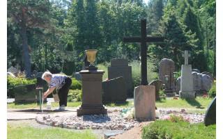 Išasfaltuotas kapines juosiantis keliukas