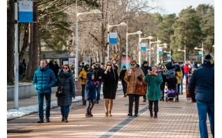 Šilumos ir laisvės išsiilgę lietuviai atsipalaidavo: Palangoje – tikra žmonių jūra