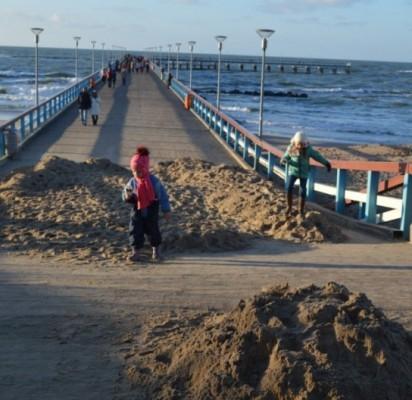 Ant tilto į jūrą ir jo prieigose vėtra pripustė smėlio.