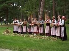 Maironiui skirtosios Birutės parko dienos svečius lydėjo prie išmoningai išpintų citatų iš poeto eilių dainavusios ir kanklėmis skambinusios dainininkės.