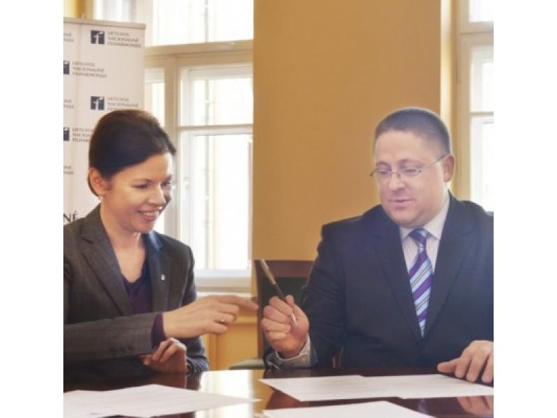 Sutartį iškilmingai pasirašė LNF generalinė direktorė Rūta Prusevičienė ir Palangos meras Š.Vaitkus.