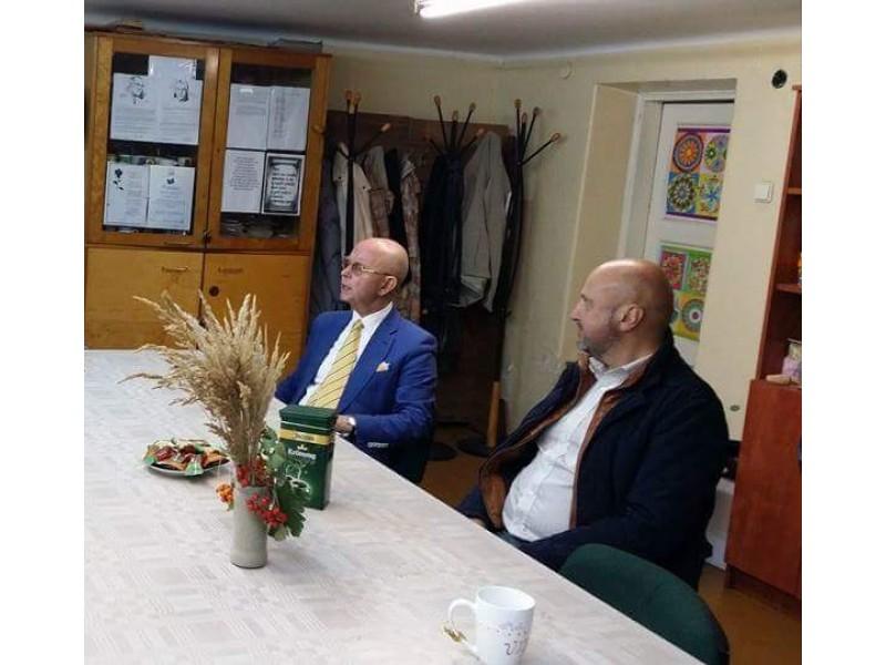 """Dėl """"svorio"""" pasikvietęs Seimo narį A. Vinkų, šio parlamentaro padėjėjos-sekretorės sutuoktinis E. Aleksiūnas kartu su laikraščio straipsnyje šykščiai įvardijama """"vietos gyventoja Onute"""" kelia problemą, kurios apskritai nėra."""