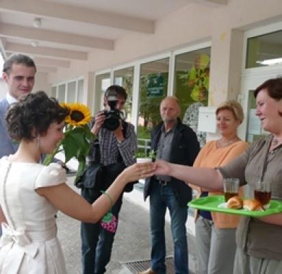 Po vestuvių ceremonijos – atgal į  mokyklos suolą