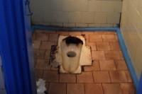"""Palangos """"vizitinė kortelė"""" – ir sovietiniai, dvokiantys išvietės tipo tualetai"""