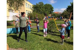 """Palangos lopšelis darželio """"Sigutė"""" vaikučiai birželio 1-ąją, """"Vaikų gynimo dieną"""", pasitiko aktyviai sportuodami lauke (FOTO GALERIJA)"""
