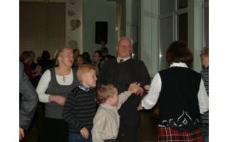 Liaudiškų šokių vakaronė įtraukė ir moksleivius, ir senjorus