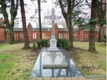Palangos klebono prelato Juozapo Šniukštos kapas Palangos bažnyčios šventoriuje.