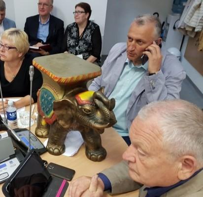 """Kontraversiškai vertinamas Tarybos narys retoriškai klausė, ar prie Senosios gimnazijos įsikūrusiame cirke demonstruojamas dramblys nekelia """"pavojaus palangiškių ir miesto svečių gyvybei""""."""