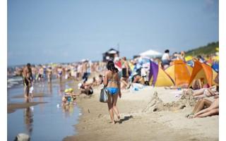 Koronaviruso baimė kas penktą poilsiautoją gina toliau nuo paplūdimių