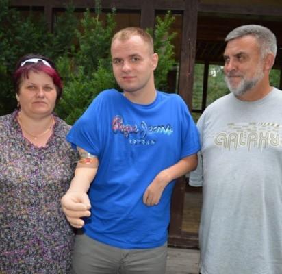 Martyno Girulio (centre) džiaugsmu dėl bioninės rankos dalijasi jo mama Danguolė ir Švedijos humanitarinės organizacijos atstovas Lietuvoje Tomas Girčius.