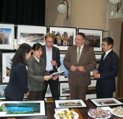 Kinijos fotografijos vakare apsilankė Palangos meras Š. Vaitkus ir Kinijos ambasadorius Ziungweng Liu.