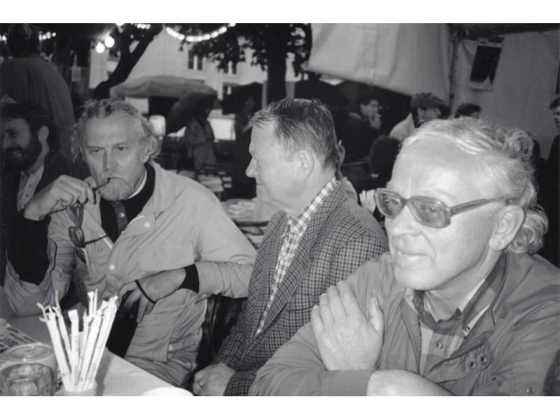 Poetas Marcelijus Martinaitis, skulptorius Antanas Mončys ir rašytojas Tomas Sakalauskas Paryžiuje. 1991 metai