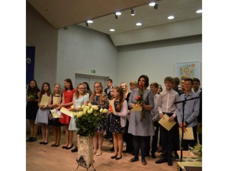 Menų mokyklos absolventams įteikti pažymėjimai