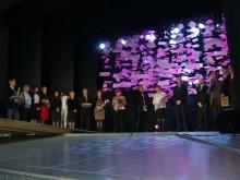 Pasveikinti gimnaziją ir jos direktorių A.Karačionką į sceną pakilo būrys buvusių abiturientų, moksleivių tėvų atstovai bei kitų ugdymo įstaigų vadovai.