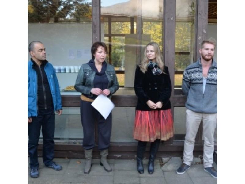 R. Jakštonienė (antra iš kairės) pristato parodos autorius R. Bose, Ž. Jasaitytę ir A. Penkauską.
