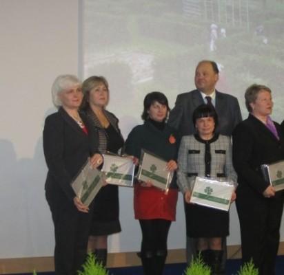 """Lapkričio 23-ąją """"Gintarėlio"""" direktorė I. Milkontė (kairėje) kartu su dar 9 Respublikos ikimokyklinio ugdymo įstaigų vadovais atsiėmė atminimo lentą """"Geriausiai tvarkoma mokyklos aplinka 2012""""."""