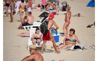 Paplūdimiuose klesti nelegali prekyba alkoholiu ir čeburekais: papasakojo, kokių gudrybių imasi prekiautojai