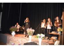 Dainuoja moksleivių klubo vokalo studijos merginos.