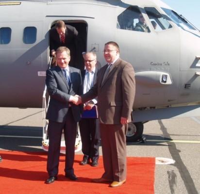 Lietuvoje viešintis Suomijos Prezidentą Sauli Niinisto Palangos oro uoste pasitiko kurorto meras Šarūnas Vaitkus.