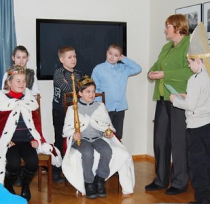 Edukatorės Birutės Kazlauskienės padedami vaikai karūnavo naująjį Mindaugą ir Mortą.