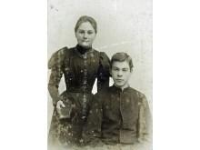 Palangos bažnyčios vikaras ir progimnazijos kapelionas kunigas Felicijonas Juškevičius su seserimi. Fotografė Paulina Mongirdaitė, 1888 m.