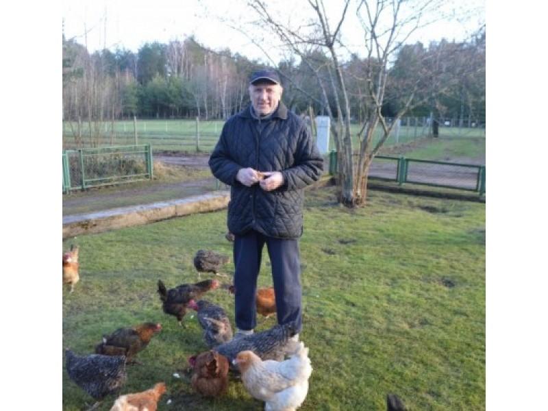 Jonas mielai rūpinasi savo visais paukščiais, jaučia didžiulį pasitenkinimą savo veikla, tai supranta ir paukščiai, kurie nepaleidžia šeimininko iš akiračio.