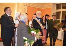 """""""Ilgiausių metų"""" skamba Palangos miesto garbės piliečiams J. Brindzai ir L. T. Larsenui."""