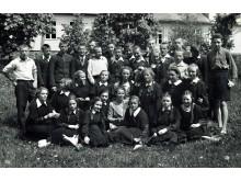 Šventosios Vytauto Didžiojo gimnazijos Palangos skyriaus moksleiviai su mokytoja. Nežinomas fotografas, 1940 m. pavasaris.