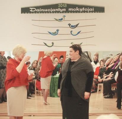 Simbolinė dainų paukštė iš direktorės B. Mazrimienės rankų –  I. Cholinienei.