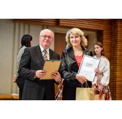 Pagerbta Palangos pedagogė Rima Šalkauskienė su VKIF projektų fondo vadovu Rimantu Martinėliu.