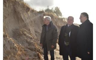 """Aplinkos ministras K. Trečiokas Palangoje apžiūrėjo """"Felikso"""" nuniokotus paplūdimius"""