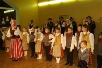Jaunieji liaudies šokių šokėjai tėveliams dovanojo atvirą pamoką
