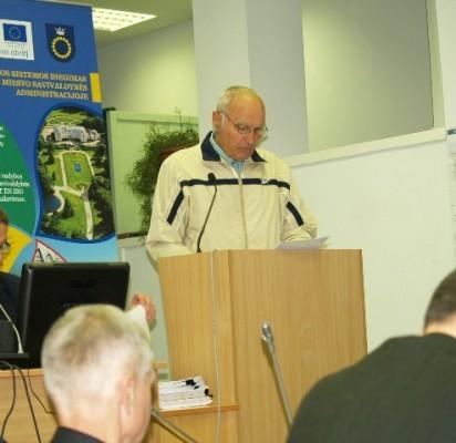 Pranas Gelžinis perskaitė gyventojų prašymą Tarybos nariams.