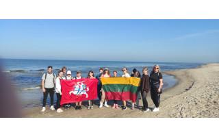 Šventosios mokiniai žygiais ir šypsenomis sveikina Palangą   grąžinimo Lietuvai 100-mečio proga (FOTO GALERIJA)