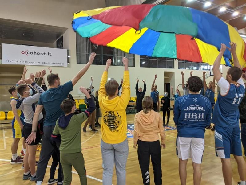 """Palangos senosios gimnazijos trečiokai ištiesė rankas """"Baltijos"""" neįgaliems vaikams (FOTO GALERIJA)"""