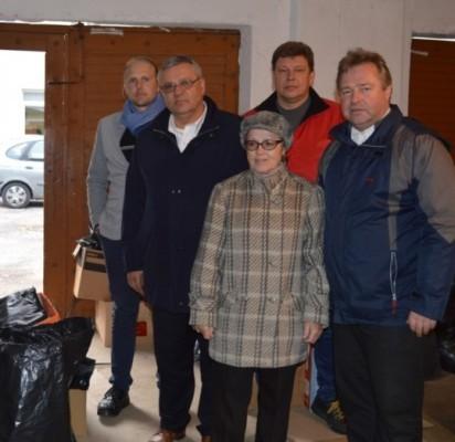 E. Metrikienė G. Vygantui (antras iš kairės) ir labdaros akcijos talkininkams perdavė į Palangos Caritas suneštų Ukrainos žmonėms skirtų daiktų.