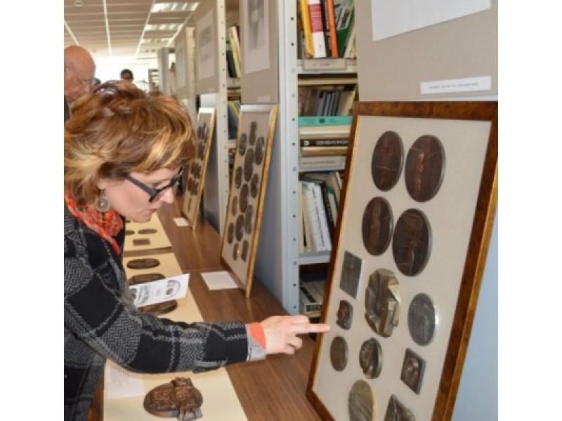 Jubiliejinėje parodoje eksponuota 80 medalių, kelios dešimtys piešinių ir du P. Barono sukurti herbai.