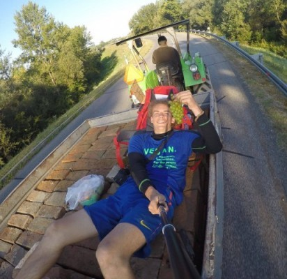 Keliauti po Europą autostopu paskatino idėja aplankyti netikrą brolį.